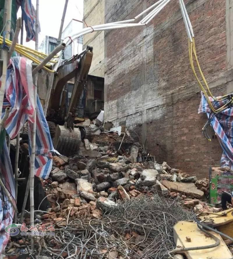 高州挖掘机翻车真系好少见,居然还是发生在大街大巷
